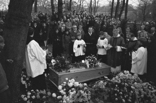 Begrafenis van Godfried Bomans op het Adelbertskerkhof in Bloemendaal, 24 december 1971
