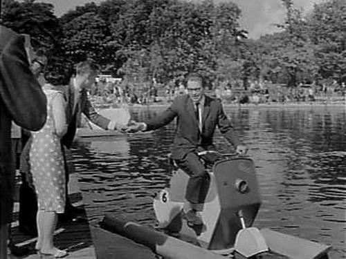 Opening van een waterfietswedstrijd in de Linnaeushof Bennebroek (1964)
