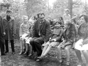 Godfried Bomans bij opening speeltuin de Linnaeushof in Bennebroek, 15 mei 1963 (foto Joop van Bilsen)