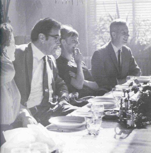 7 oktober 1963: in het restaurant van Artis vierde Simon Carmiggelt zijn vijftigste verjaardag. V.l.n.r.: echtgenote Tiny Carmiggelt, Godfried Bomans, Marianne Carmiggelt en Wim van Norden, directeur van dagblad Het Parool (foto IISG).