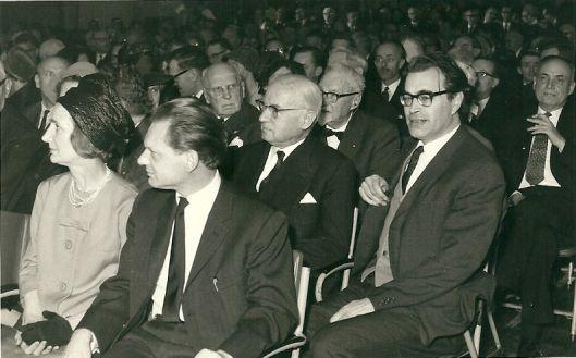 Godfried Bomans tijdens een bijeenkomst in de schouwburg in 1963