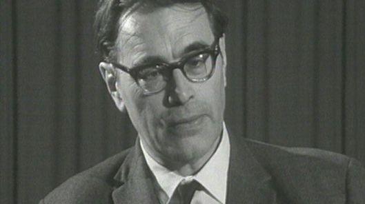 Godfried Bomans tijdens een signeersessie op de Vlaamse Boekenbeurs in Antwerpen, 1967.