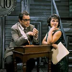 Godfried Bomans in NOS-serie 'Voorstelling' met de Vlaamse actrice Denise de Weerdt (geb.1928). Circa 1960