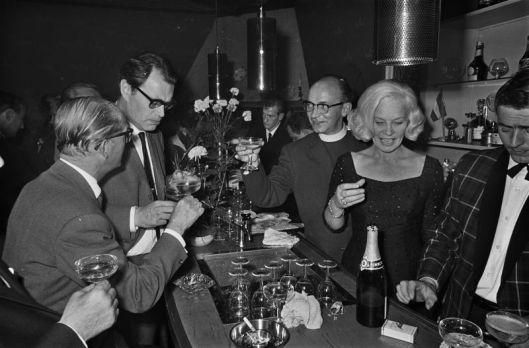 Opening van de Nationale Artiesten Sociëteit in Hilversum. Van links naar Rechts: acteur Herbert Joeks, Godfried Bomans, aalmoezienier Theo Kroeg en Carla Lips (foto Ruud Hoo, 1965)