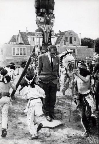 Godfried Bomans opent een indianendorp in speeltuin Linnaeushof te Bennebroek (foto G.van der Werff)