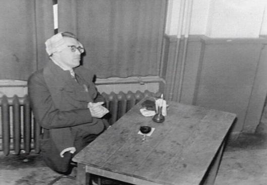 Godfried Bomans in 1952 even terug bij zijn vroegere dispuut de Gong te Nijmegen (Katholiek Documentatie Centrum)