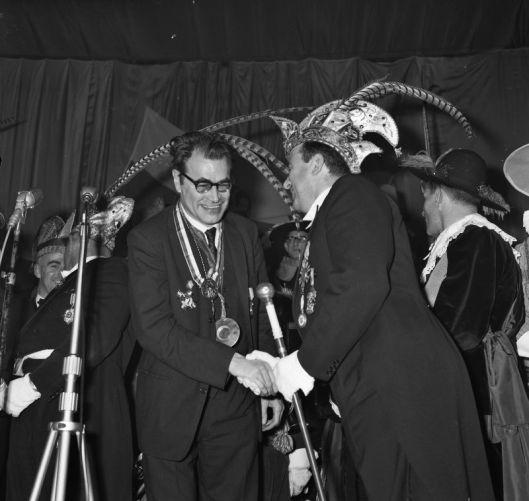 Opperflannaar van Geleen Jean Janssen benoemt Godfried Bomans als ridder in de orde van de gulden humor, 22 november 1964