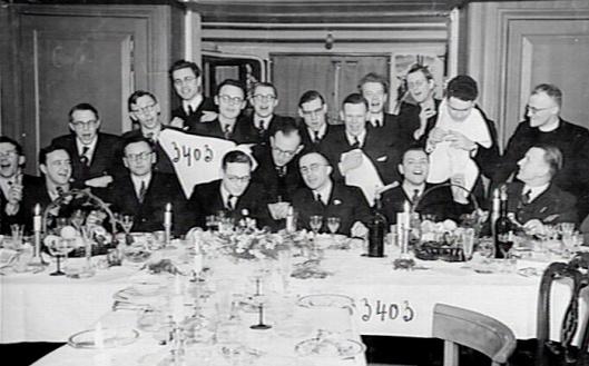 Diner corpsdispuut 'de Gong' in Nijmegen, 193-. Tafelpraeses Jo Cals, de latere minister-president (zit aan tafel vierde van links). Godfried Bomans leunt staande tegen de deurpost