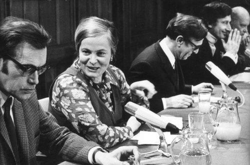 Forum Literatuur en Politiek tijdens een bijeenkomst van de Maatschappij der Nederlandse Lettterkunde in het Tropenmuseum Amsterdam, 9-4-1970. Van links naar rechts: Godfried Bomans, Hella Haasse, professor Gomperts, Harry Mulisch en Willem Brandt.