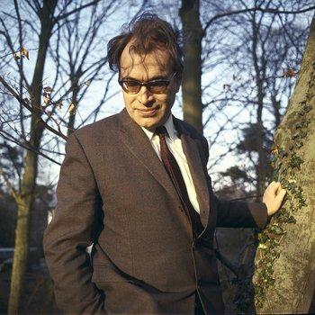 Godfried Bomans in de tuin (foto Nico van der Stam)