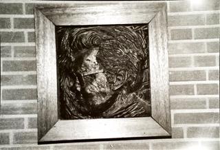 Houtreliëf Godfried Bomans 13-2-1974 onthuld door mw. Poetsie Bomans-Verscheure bij de opening van de Godfried Bomansschool in Rijswijk