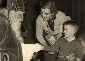 De toen 4-jarige Michel Veling en zijn moeder bij een als Sinterklaas vermomde Godfried Bomans in 1959