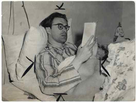 Bomans lezend e in ziekbed, 1951 (foto Ben van Meerendonk, IISG)