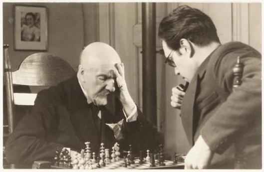 Lodewijk van Deyssel in gedachten verzonken tijdens een schaakpartij tegen plaatsgenoot Godfried Bomans