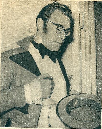 Godfried Bomans in zijn rol als Charles Dickens. Uit: Katholieke Illustratie, 1952.