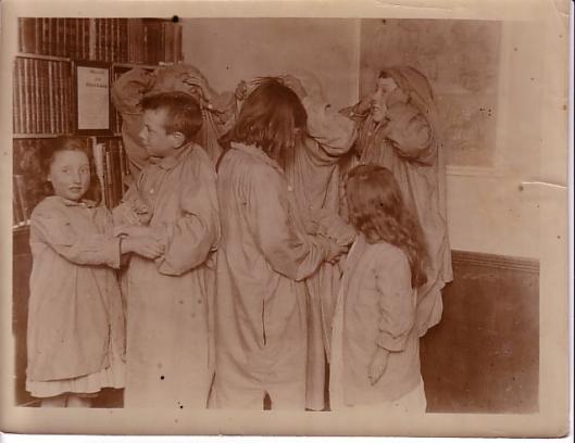 Kindergroep in Dickens House Library op een foto uit 1930