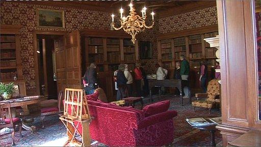Lyme Hall bibliotheek na de restauatie in Victoriaanse stijl, 2010 Disley (Cheshire).