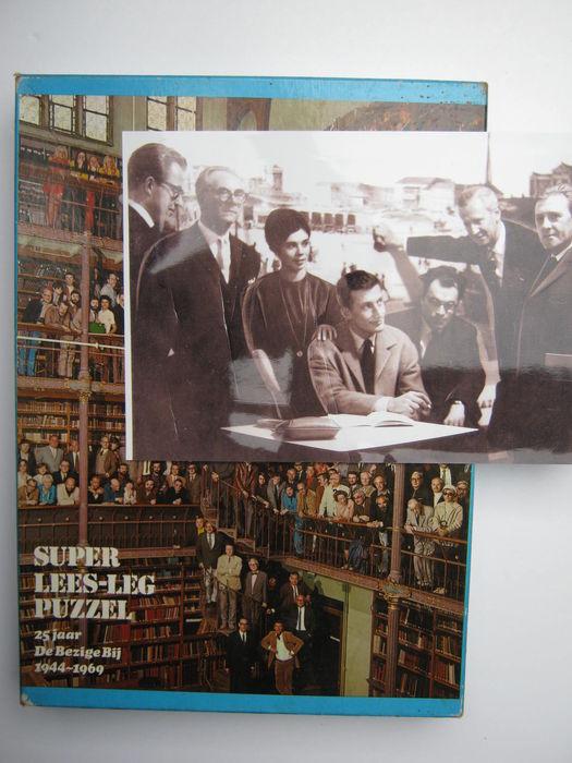 Een onbekende schrijversbijeenkomst (in Vlaanderen?_ Zittend Harry Mulisch en Godfried Bomans. Tweede van links Karel Jonckheere en helemaal Rechts Louis Paul Boon. De namen van de andere drie personen zijn nog niet achterhaald. (Catawiki)