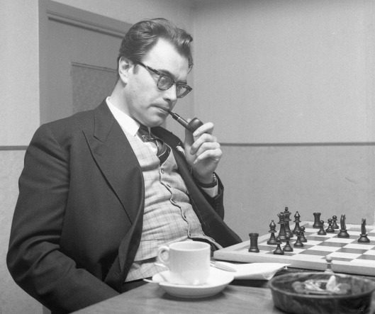 Godfried Bomans in gedachten verzonken bij een schaakwedstrijd met de Franeker bakker Riemersma (foto Guido 't Sas)
