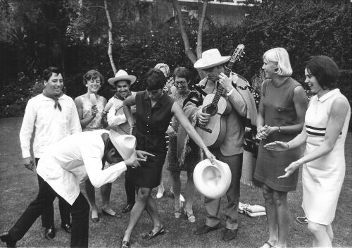 Godfried Bomans met gitaar en een Mexicaanse mariachi band op 11 oktober 1968 tijdens de Olympische Spelen in Mexico-Stad. De zwemster ... speekt voor toreador en verder zien we Tilly van der Zwaard, Els van , Maria Gommers, Marjan Thomas en Lia Louer.