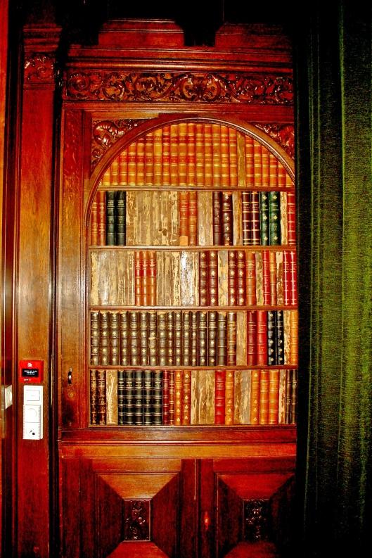 De fake-boekenkast waarachter de kluis in de voormalige buitenplaats De Hartekamp te Heemstede (foto Bob van der Lans, Hillegom)