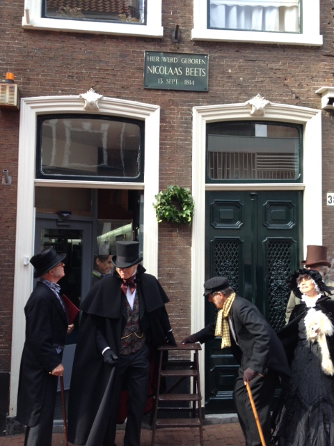 De Haarlemse toneelgroep J.J.Cremer bracht 13 september 2014 bij gelegenheid van Nicolaas Beets 200ste geboortedag bij zijn geboortehuis in de Koningstraat een postuum eerbetoon