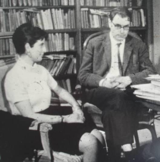 Godfried Bomans en illustratrice van o.a. Sproojesboek: Alison Korthals Altes in 1965