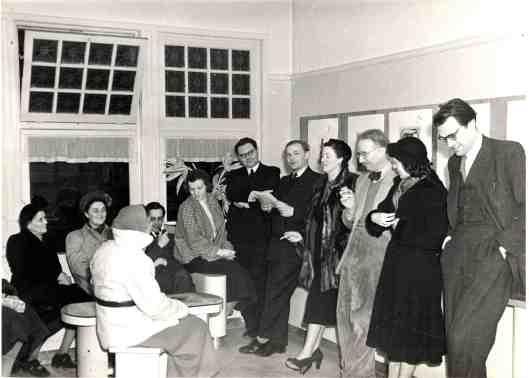 Bij de opening van een expositie met werk van Harry Prenen (zittend met pijp). Staande tweede van links Jan Mul. Helemaal rechts Godfried Bomans (www.janmul.nl)