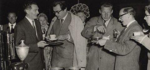 De koffieclub met Godfried Bomans en Harry Mulisch in 1956. Foto Cees dee Boer; in 2013 verworven door het Noord-Hollands Archief, Haarlem