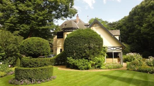 De villa Parkweg 10 van de andere zijde. Hier woonde mr.F.M.J.Hagemeijer, die als advocaat en procureur van 1913 tot 1918 in Haarlem was geassocieerd met mr.J.B.Bomans. Zoon Godfried noemde de heer Hagemeijer 'oom Frans' en diens vrouw 'tante Alida'. Mr.F.M.J.Hagemeijer bewoonde villa 'Cottage Hill', Parkweg 10 in Bloemendaal totdat Godfried Bomans het pand in 1961 overnam en de naam later wijzigde in 'Boshof'. (foto J.Teengs)