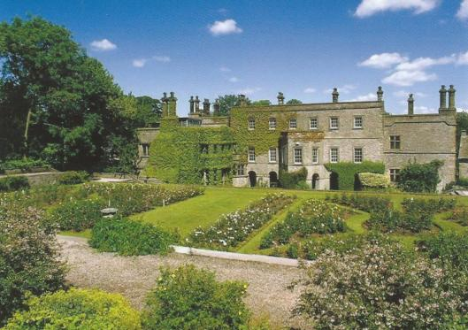 Tissington Hall , Derbyshire, met links de bibliotheekaanbouw