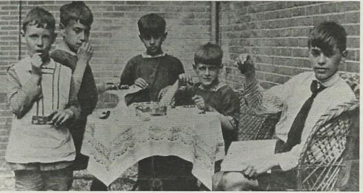 Kersen eten met de broertjes Bomans. Van links naar rechts: jaap Hendrix (een vriendje, later ingetreden als Benedictijn), Rex, Jan, Arnold en Godfried Bomans