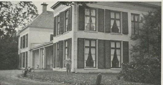Godfried voor het grote huis Berkenrode in Heemstede dat 23 kamers bevatte.
