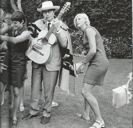 Voor een televisieprogramma in 1968 vanuit Mexico sloot Godfried Bomans zich spontaan aan bij een mariachi-band.