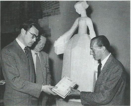 Bij de herdenking van de 50ste sterfdag van Nicolaas Beets in 1953 deelde Godfried Bomans aan de 10.000ste bezoeker van een Beets-tentoonstelling een exemplaar uit van de Camera Obscura. Op de achtergrond een ontwerp-beeld van Bronner.