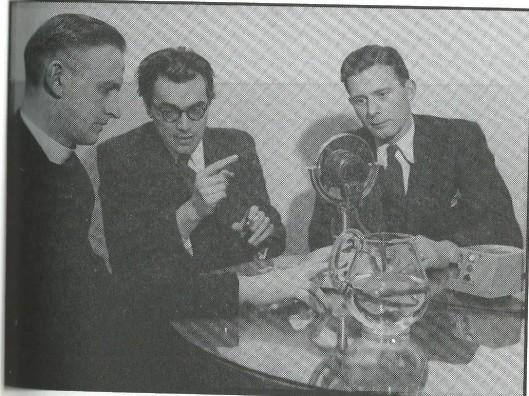 Godfried Bomans tussen Antony Sips en pater Piet Wesseling voor de microfoon bij een KRO-radiouitzending in 1948