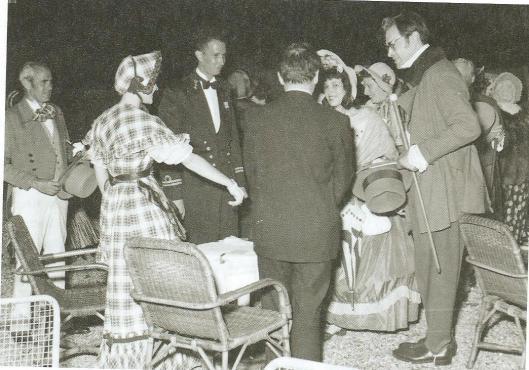 Godfried Bomans en enige andere personen in kledij uit de tijd van de Camera Obscura in de Haarlemmerhout, 19 juli 1952