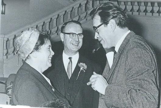 Godfried Bomans in zijn woonplaats Bloemendaal in het raadhuis spreekt met mr.F.Kranenburg, Commissaris der Koningin in Noord-Holland en diens echtgenote