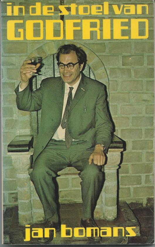 Godfried Bomans op de abtszetel in de kapittelzaal van een abdij in het oosten des lands. Er was een priesterfeest, maar het lijkt wel of hij Carmiggelt toedrinkt. (Vooromslag van boek: In de stoel van Godfried' door Jan Bomans. 1977)