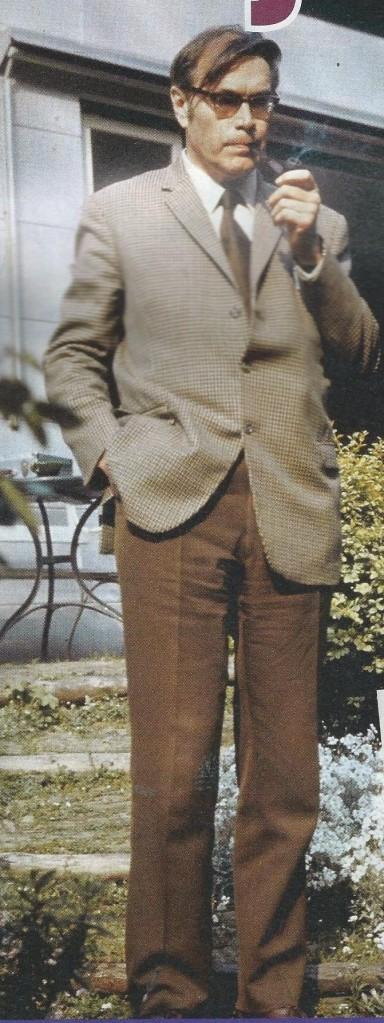 Godfried Bomans in de tuin van zijn huis te Bloemendaal met (bijna onafscheidelijke) pijp