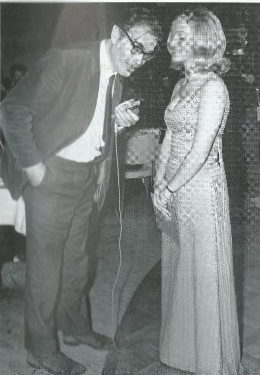 Godfried Bomans als jurylid met een van de deelneemsters aan de 'Miss Interline Holland' verkiezing in Casino Amsterdam, 1968