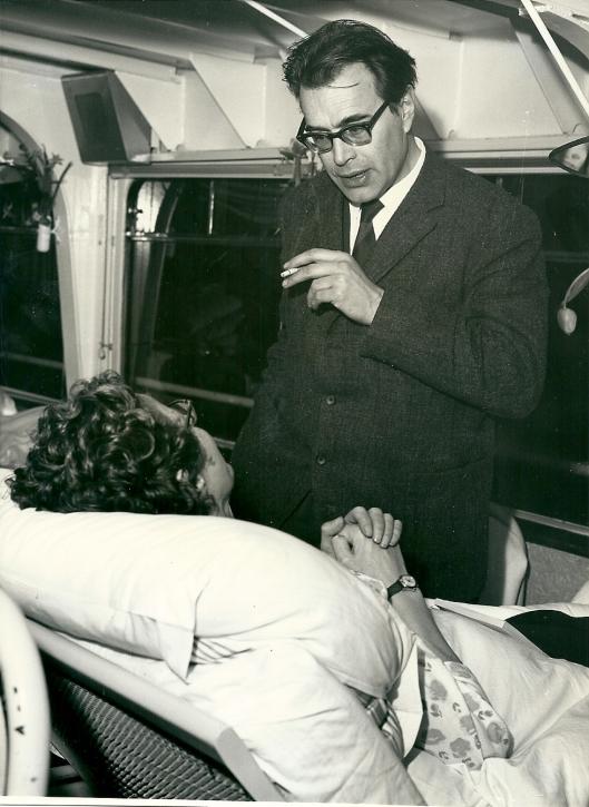 Godfried Bomans op het hospitaalschip Henri Dunant in gesprek met een chronisch zieke vrouw