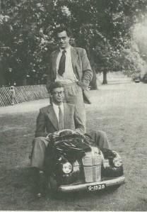 Godfried Bomans en kunstredacteur Ton Neelissen bij het autotje in de Haarlemmerhout in 1951 (foto Siem Hoeve)