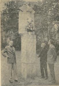 2 juni 1967: van links naar rechts mr. J.Hoog, wethouder J.Voskuilen en Godfried Bomans, drie notabele leden van het Hildebrand-comité, leggen 2 juni 1967 bloemen voor hhet dan 'vijfjarige' Hildebrand-monument in de Hout.