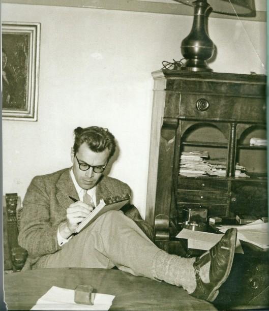 Godfried Bomans omstreeks 1950 thuis aan het werk in de Zonnelaan