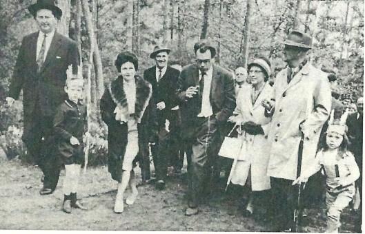 Godfried Bomans in 1963 op weg naar de opening van een indianendorp in de Linnaeushof te Bennebroek