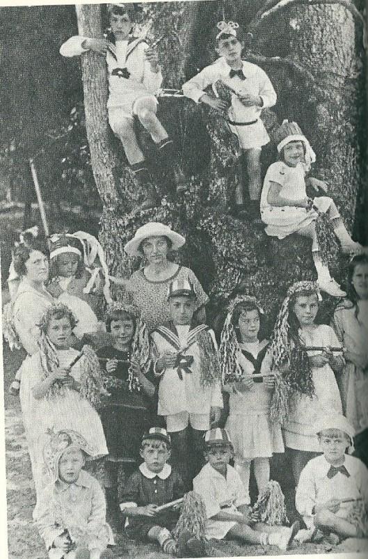 Godfried Bomans (links boven) bij een kinderpartijtje in Kraantje Lek rond de Holle Boom