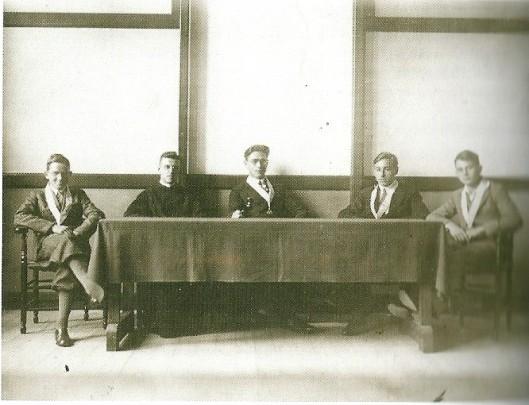Godfried Bomans (midden) als president van het Academie-bestuur, Triniteitslyceum