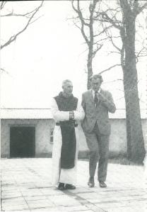 Godfried Bomans met broer Arnold, pater Jan Baptist in Zundert (1969)
