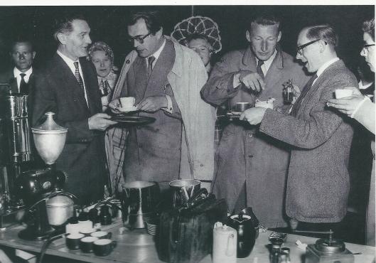 Godfried Bomans en Harry Mulisch. leden van 'de koffieclub' genieten van een kopje koffie in restaurant Lion d'Or in 1956 (NHA)